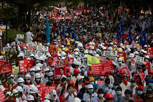 緬甸第二大城市曼德勒(Mandalay),抗議者2021年2月18日集會。(STR/AFP)
