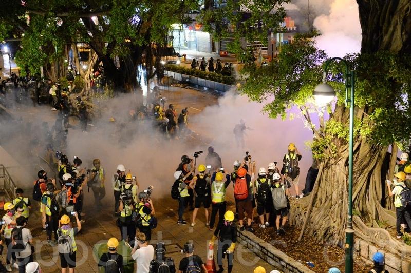 圖為2019年8月3日,香港旺角再遊行結束後,警方向不願離去的民眾發射催淚彈。(宋碧龍/大紀元)