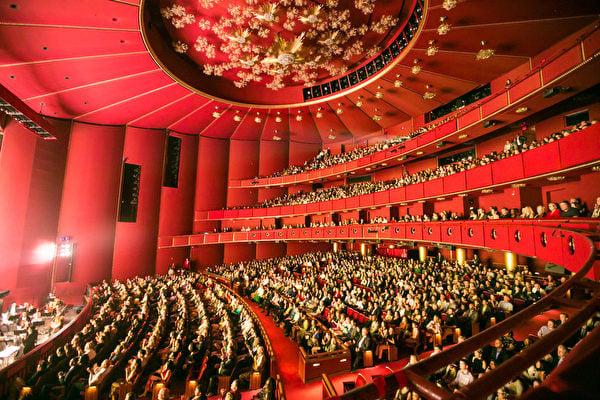 2019年4月20日,美國首都華盛頓甘迺迪藝術中心的兩場神韻演出延續爆滿盛況,當天有四千多名華府觀眾觀看了神韻演出。(李莎/大紀元)