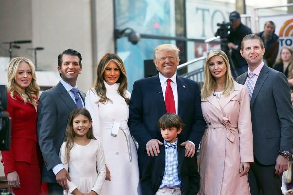 特朗普全家福,後排右起依序為二兒子埃里克、大女兒伊萬卡、特朗普、梅拉妮婭、大兒子小唐納德及二女兒蒂芙尼。(Spencer Platt/Getty Images)