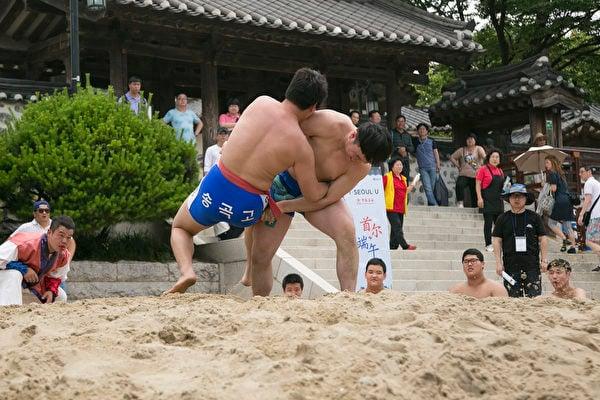 南山谷韓屋村端午祭上的摔跤活動。(全景林/大紀元)