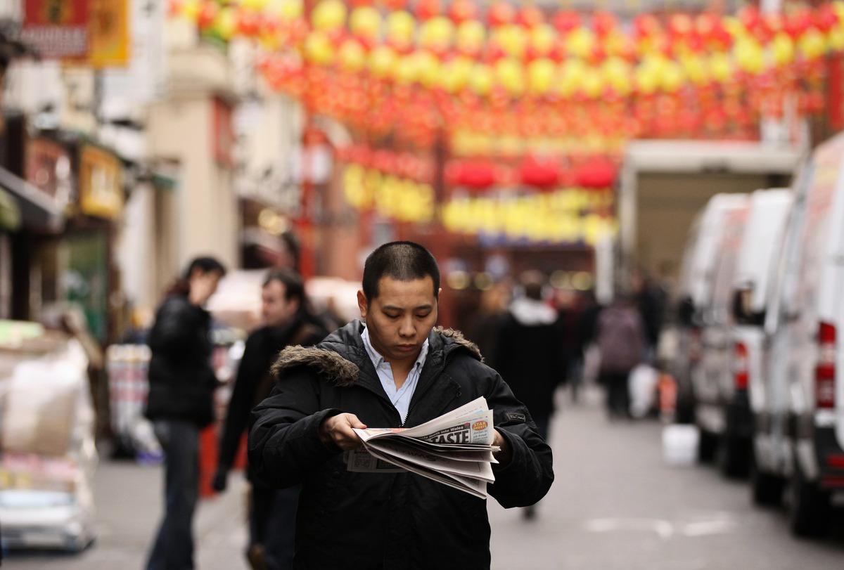 在海外中國城讀報的華人。(Oli Scarff/Getty Images)