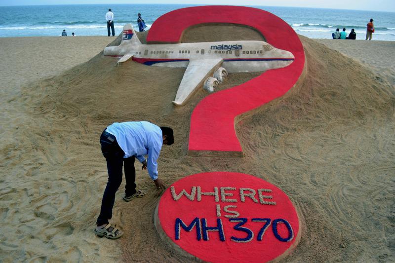 2015年3月7日,印度沙雕藝術家Sudarsan Pattnaik展示他在東奧裏薩邦州的普裏海灘的作品,關於失蹤一年的客機馬來西亞客機MH370。(J .K. Jagdev/AFP)