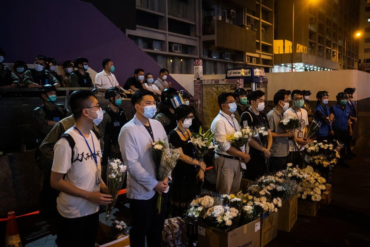 5月31日晚,香港市民到太子站近旺角警署外的出口獻花,一批油尖旺區議員則在場站成一排,接收市民的獻花。(Billy H.C. Kwok/Getty Images)