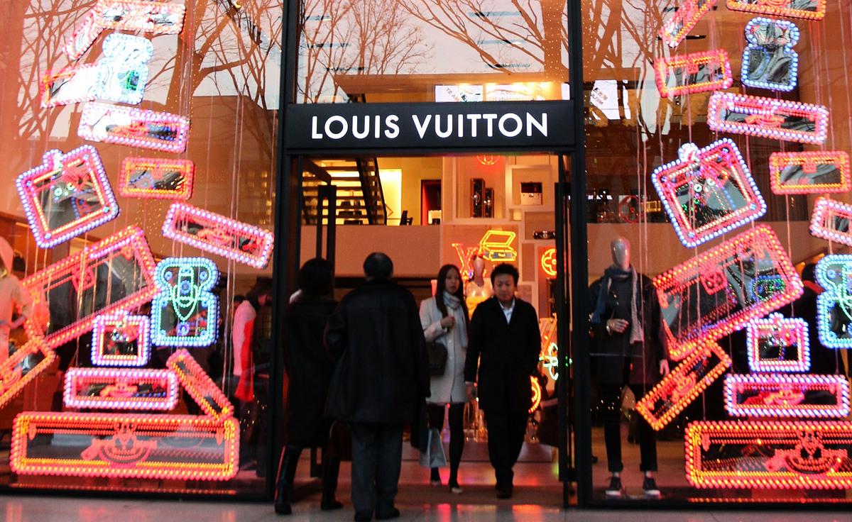 路易威登集團(LVMH)9月9日宣佈棄購美國珠寶商蒂芙尼(Tiffany & Co.)。圖為一家路易威登店面。(Koichi Kamoshida/Getty Images)