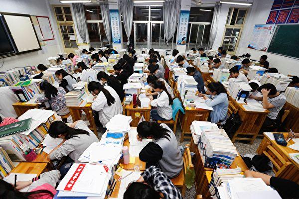 近期大陸網絡頻頻傳出學生自殺事件。有家長表示,中共的教育制度在毀滅人。(STR/AFP/Getty Images)