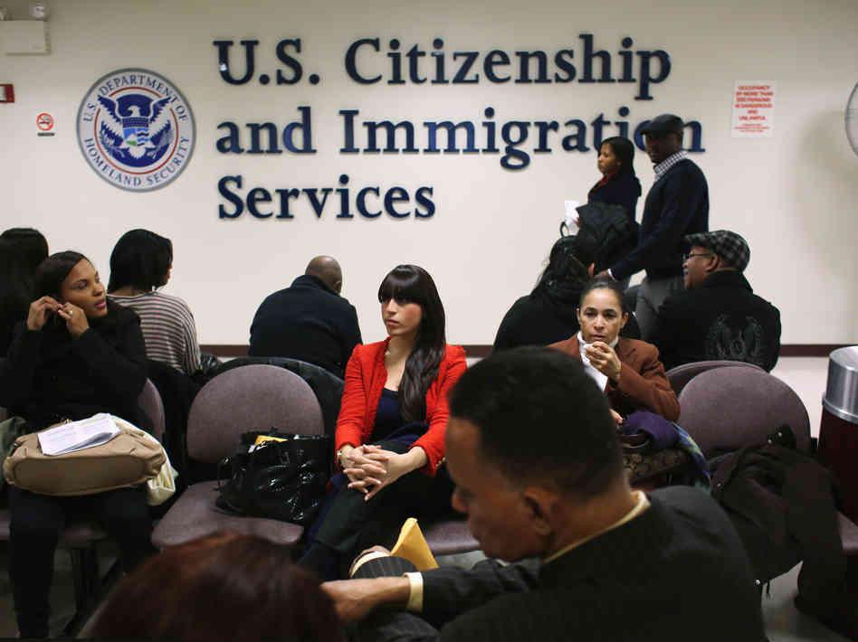 圖為申請人在美國公民與移民服務局等待。(JOHN MOORE/GETTY IMAGES)