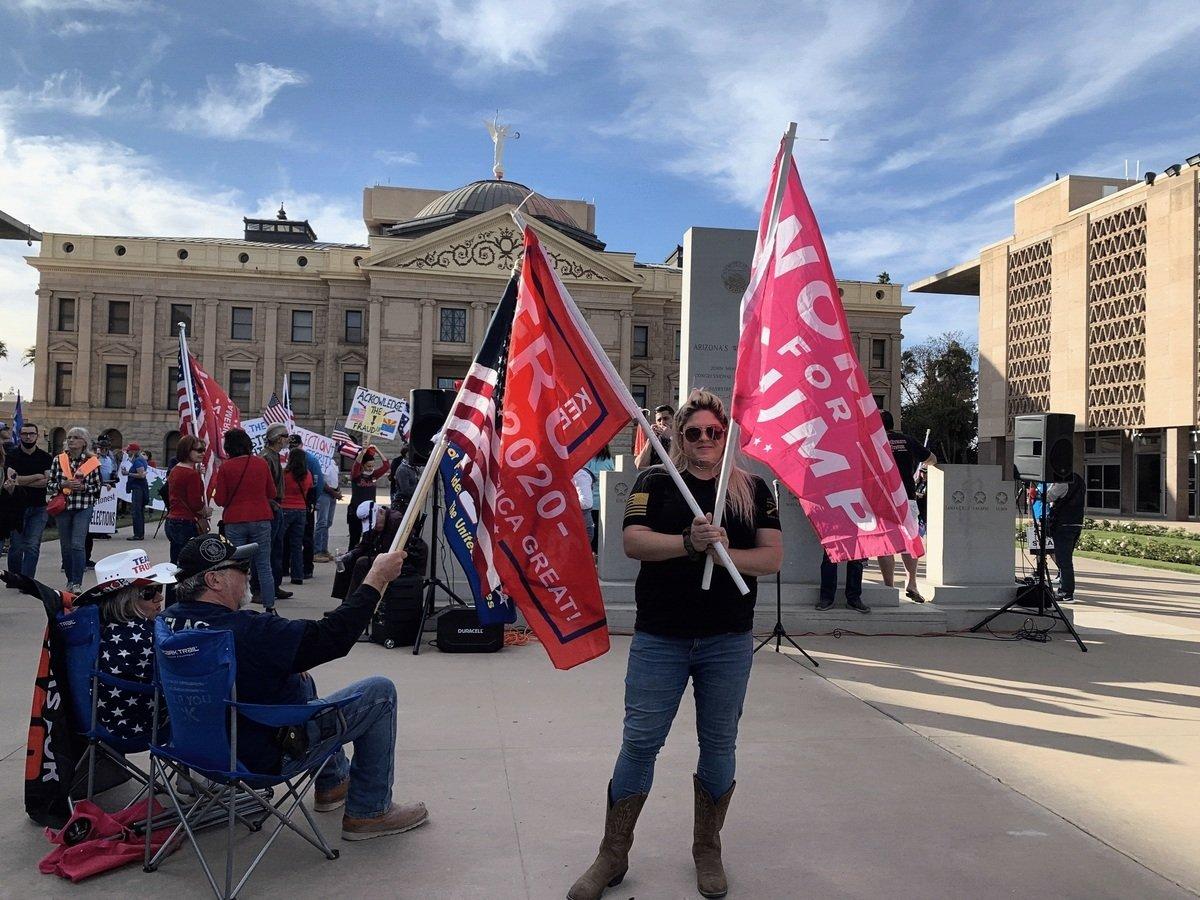 2020年12月7日,亞利桑那議員及市民數百人在鳳凰城舉行集會,抗議州長在選舉舞弊證據顯著的情況下認證民主黨候選人拜登獲勝。(姜琳達/大紀元)