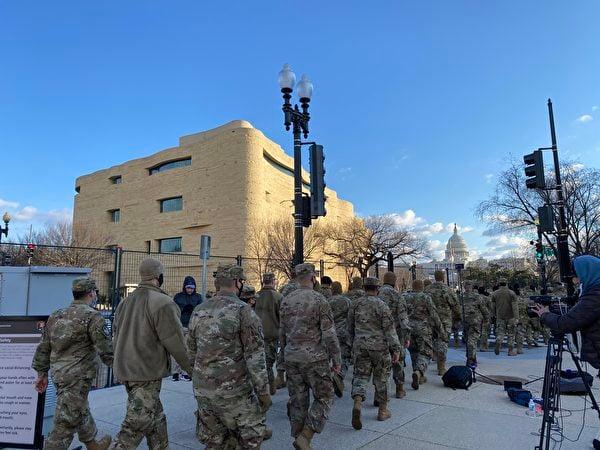 1月20日早晨,國防警衛隊士兵向國會大廈進發。(吳芮芮/大紀元)