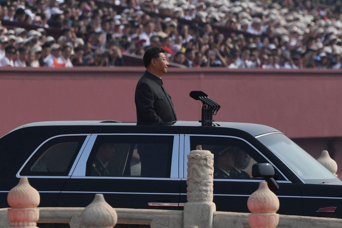 2019年10月1日,中共在北京天安門廣場舉行閱兵式,中共領導人習近平乘車檢閱部隊。(Greg Baker/AFP/Getty Images)