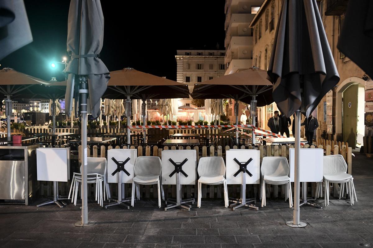 封鎖抗議措施給經濟帶來嚴重影響。圖為2020年9月27日,法國南部馬賽一家餐館受疫情影響關閉的情景。(NICOLAS TUCAT/AFP)