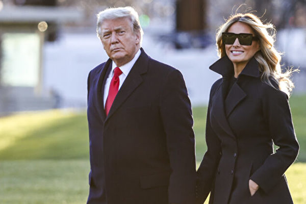 圖為2020年12月23日,特朗普夫婦在白宮南草坪。(Tasos Katopodis/Getty Images)