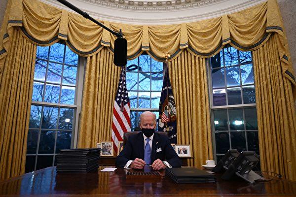 2021年1月20日,美國總統拜登在橢圓形辦公室。(Chip Somodevilla/Getty Images)