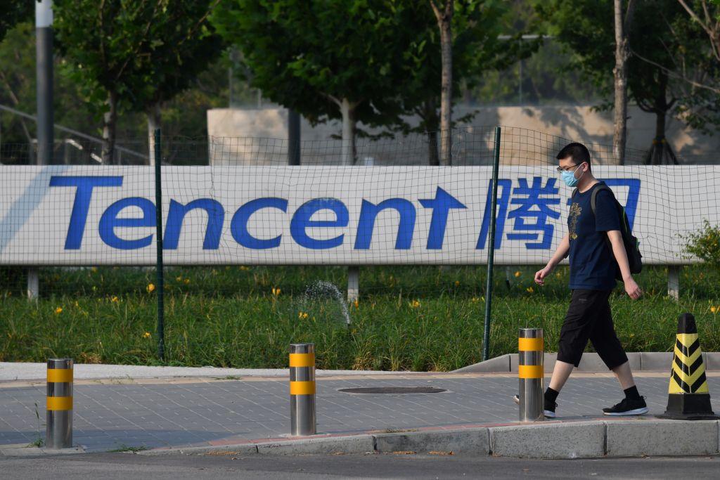 4月29日,包括騰訊公司在內的13家網絡金融企業被中共金融監管部門約談。圖為騰訊公司北京總部外的標牌。(GREG BAKER/AFP via Getty Images)