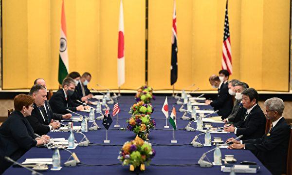 2020年10月6日,日本東京,澳洲外交部長佩恩(Marise Payne,左一)、美國國務卿蓬佩奧(左二)、日本外務大臣茂木敏充(右二)及印度外交部長賈贊卡(Subrahmanyam Jaishankar,右一)出席四方會談。(CHARLY TRIBALLEAU/POOL/AFP via Getty Images)