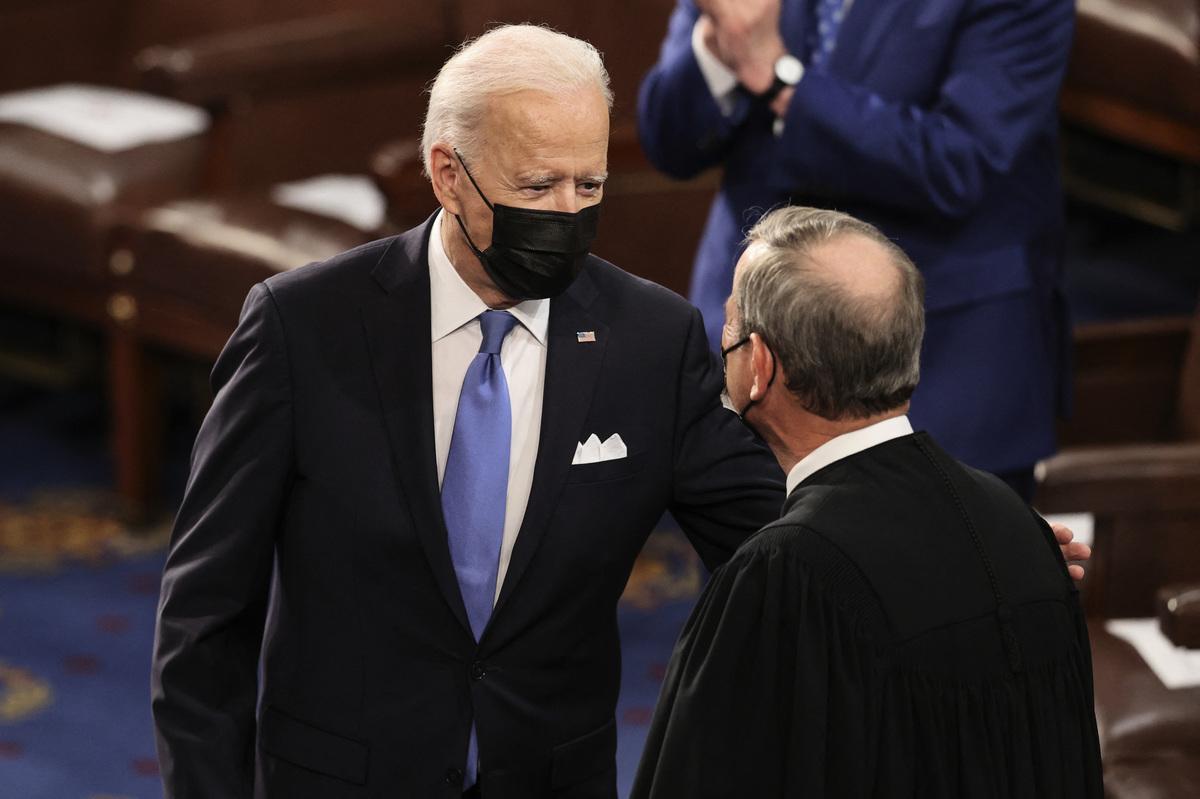 2021年4月28日,在華盛頓特區的美國國會大廈,總統喬·拜登在國會聯席會議前跟最高法院大法官打招呼。(JONATHAN ERNST/POOL/AFP via Getty Images)