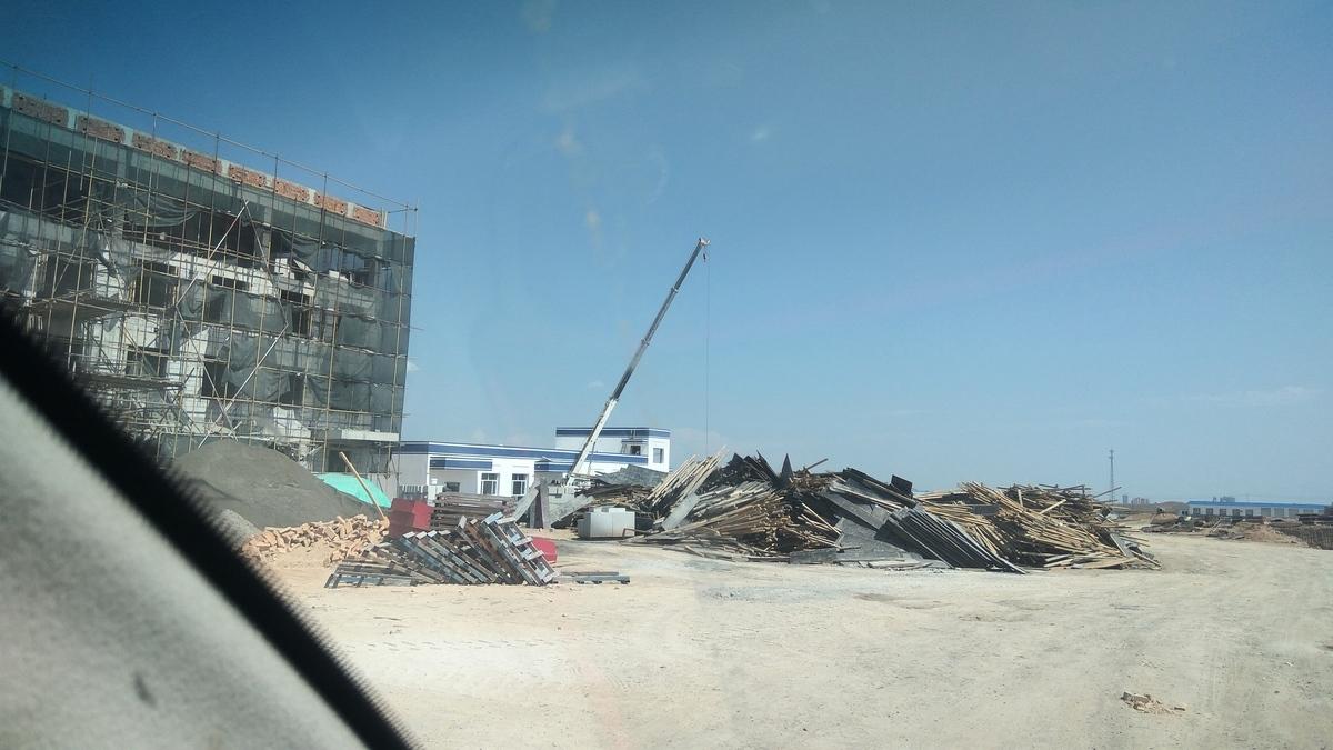 圖為新疆博爾塔拉地區一處正在趕工的「再教育營」。(網友提供)