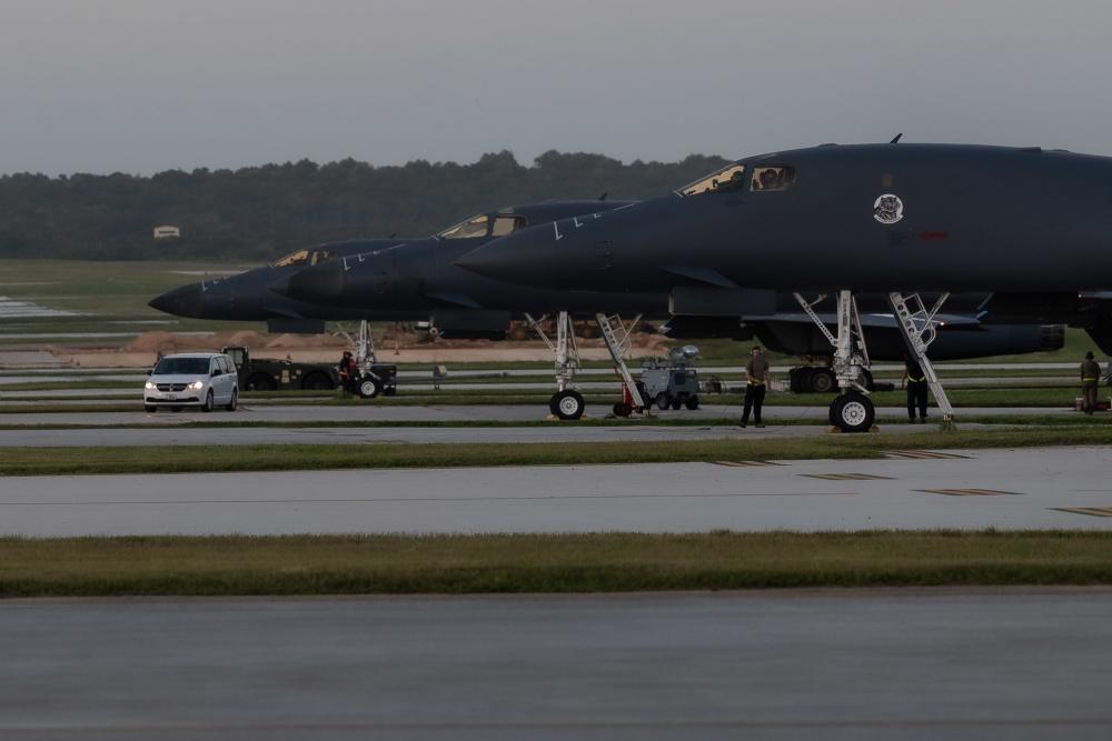 12月18日,美國印太司令部推特展示,3架B-1B轟炸機在黎明前整裝待發。(美國印太司令部推特)