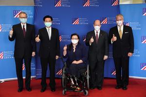 美參議員訪台致詞 不會拋下台灣孤軍奮戰