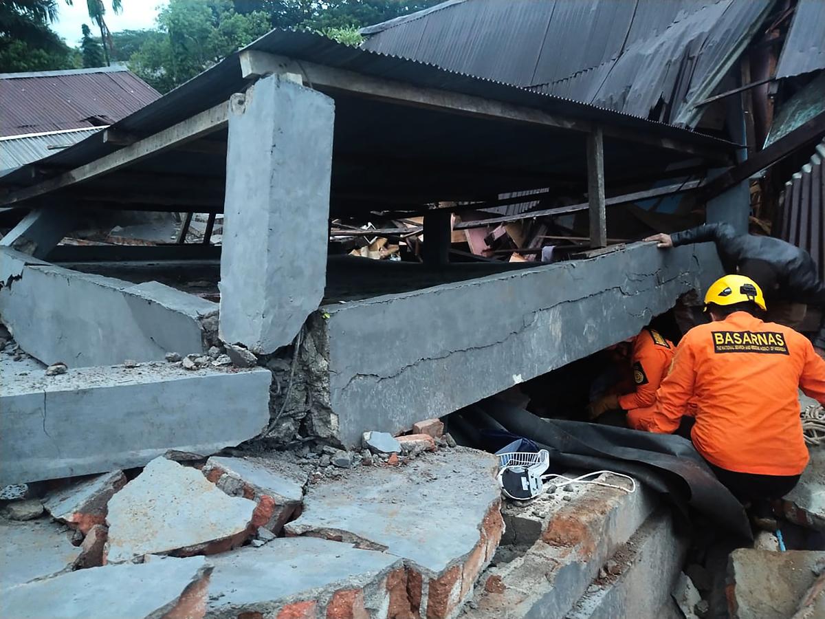 當地時間周五(1月15日),印度尼西亞減災機構表示,在印尼蘇拉威西(Sulawesi)島上發生6.2級地震,至少有7人死亡,數百人受傷。(HANDOUT/NATIONAL SEARCH AND RESCUE AGENCY/AFP)