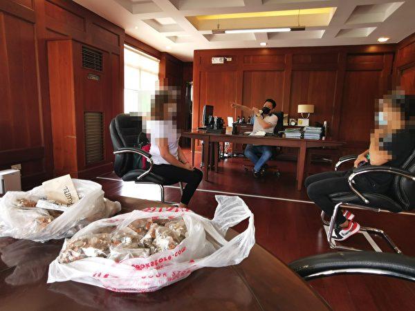 巴倫蘇埃拉市市長加查利安找來勞資雙方開會。(巴倫蘇埃拉市政府Facebook)