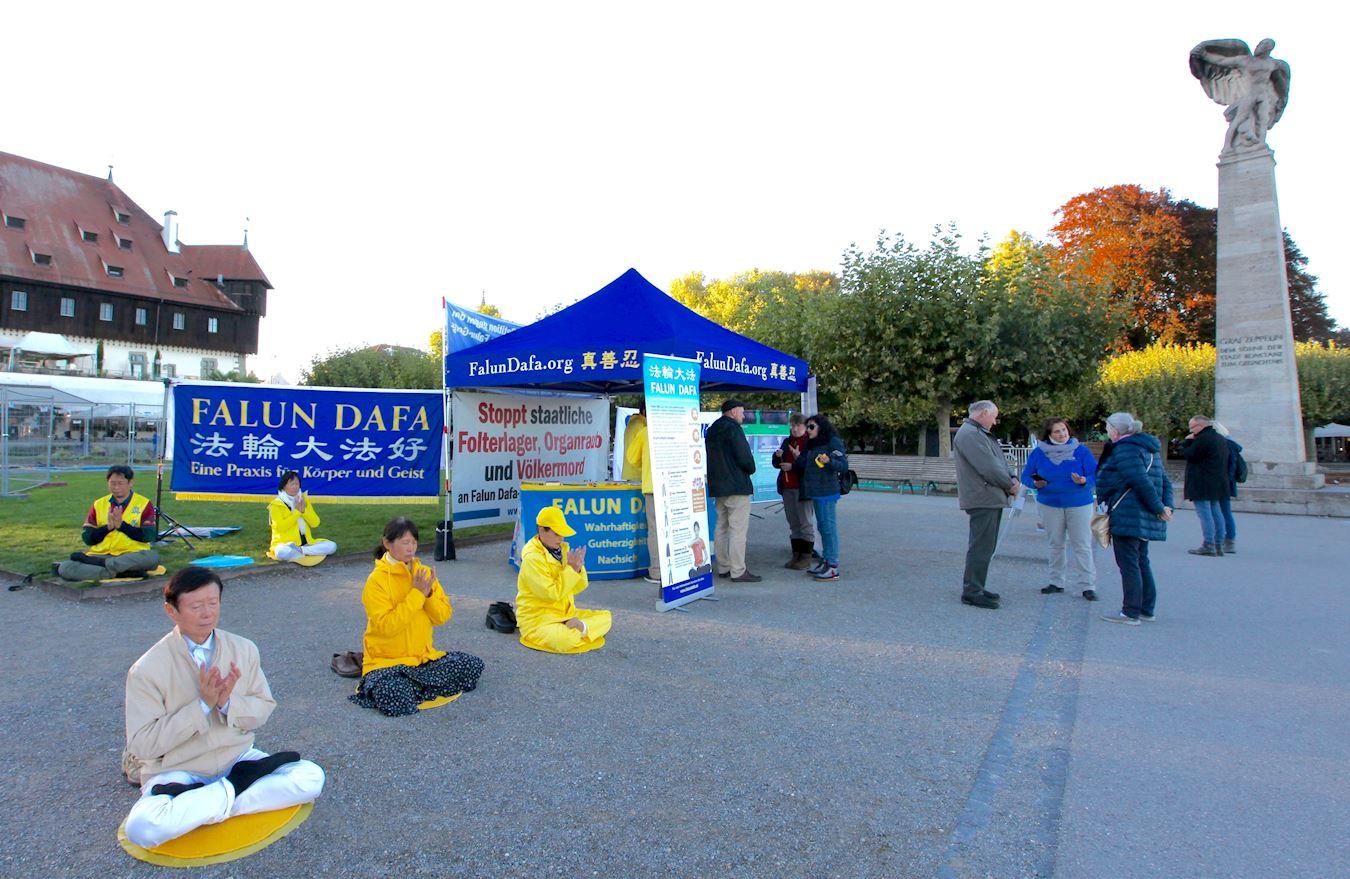 2020年10月3日,法輪功學員在德國康斯坦茨(Konstanz)舉辦講真相活動。(明慧網)