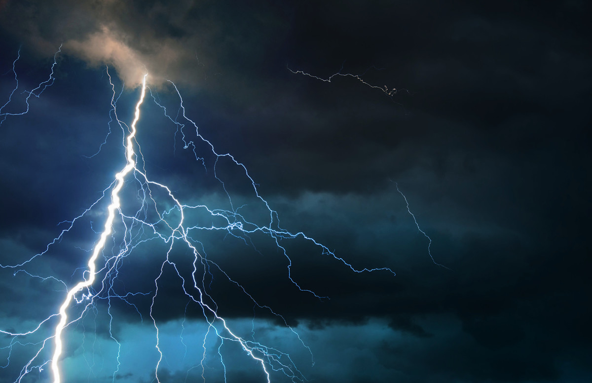 Reddit網站多名用戶分享他們經歷過最令人毛骨悚然的事情。圖為烏雲中出現的閃電。(Fotolia)