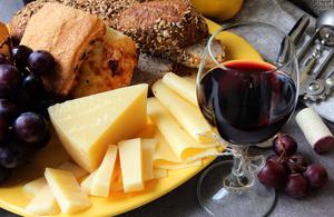 研究:吃芝士喝紅酒可降低老年癡呆症風險