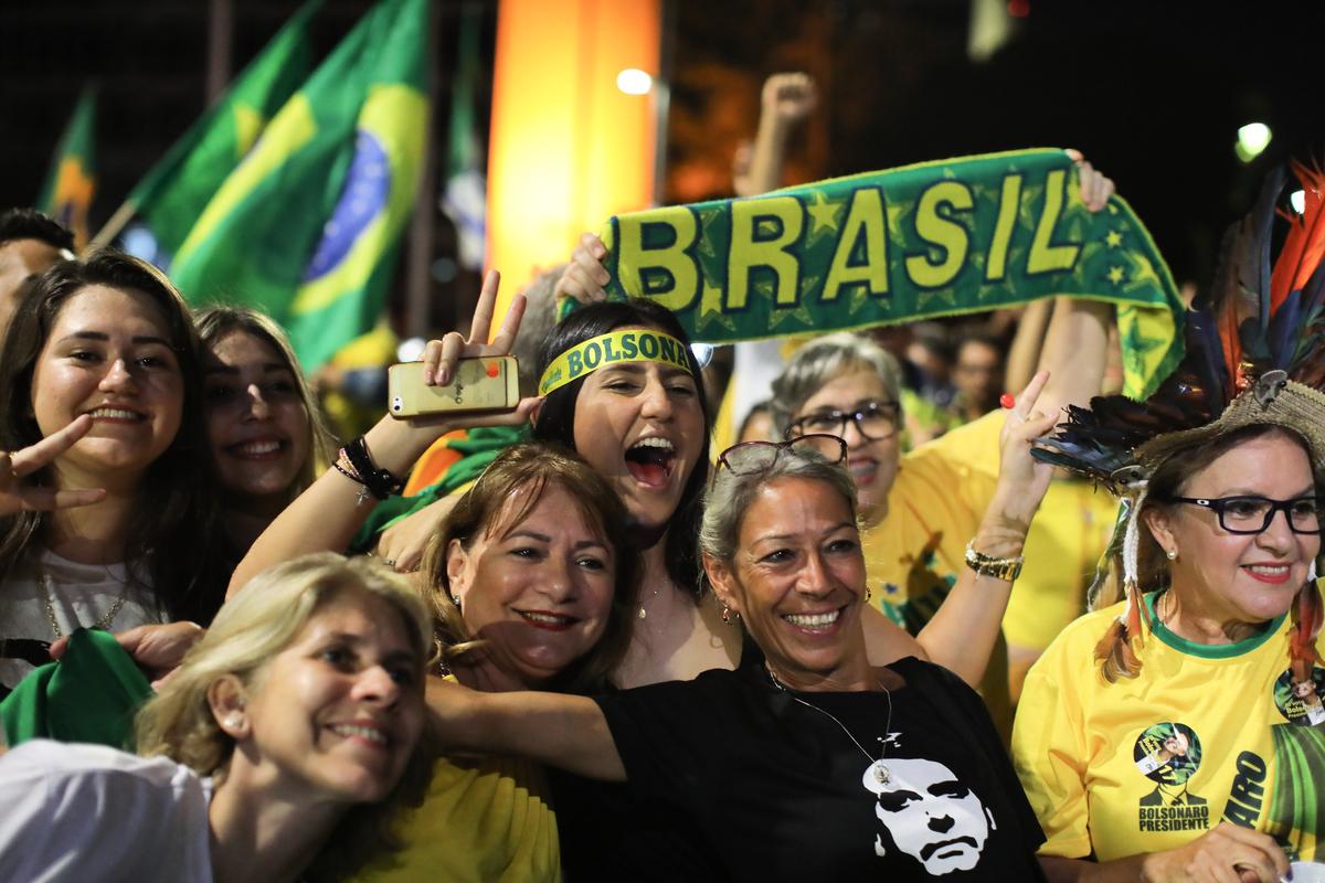 10月28日晚,巴西總統大選結果揭曉:社會自由黨候選人波索納羅當選新一任總統。圖為波索納羅的支持者在慶祝勝利。(SERGIO LIMA/AFP/Getty Images)