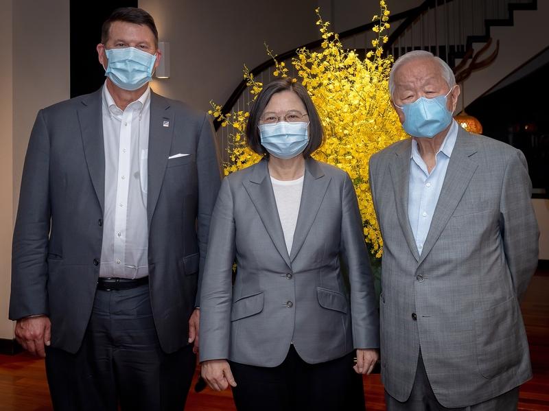 中華民國總統蔡英文9月18日晚間於官邸宴請美國國務院次卿克拉奇(Keith Krach)代表團。圖左起克拉奇、蔡英文、台積電創辦人張忠謀。(總統府提供)