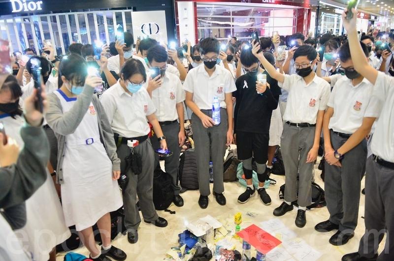 2019年10月4日,香港學生聚集在元朗Yoho商場。堅持五大訴求 反禁蒙面法,默哀。(余天祐/大紀元)