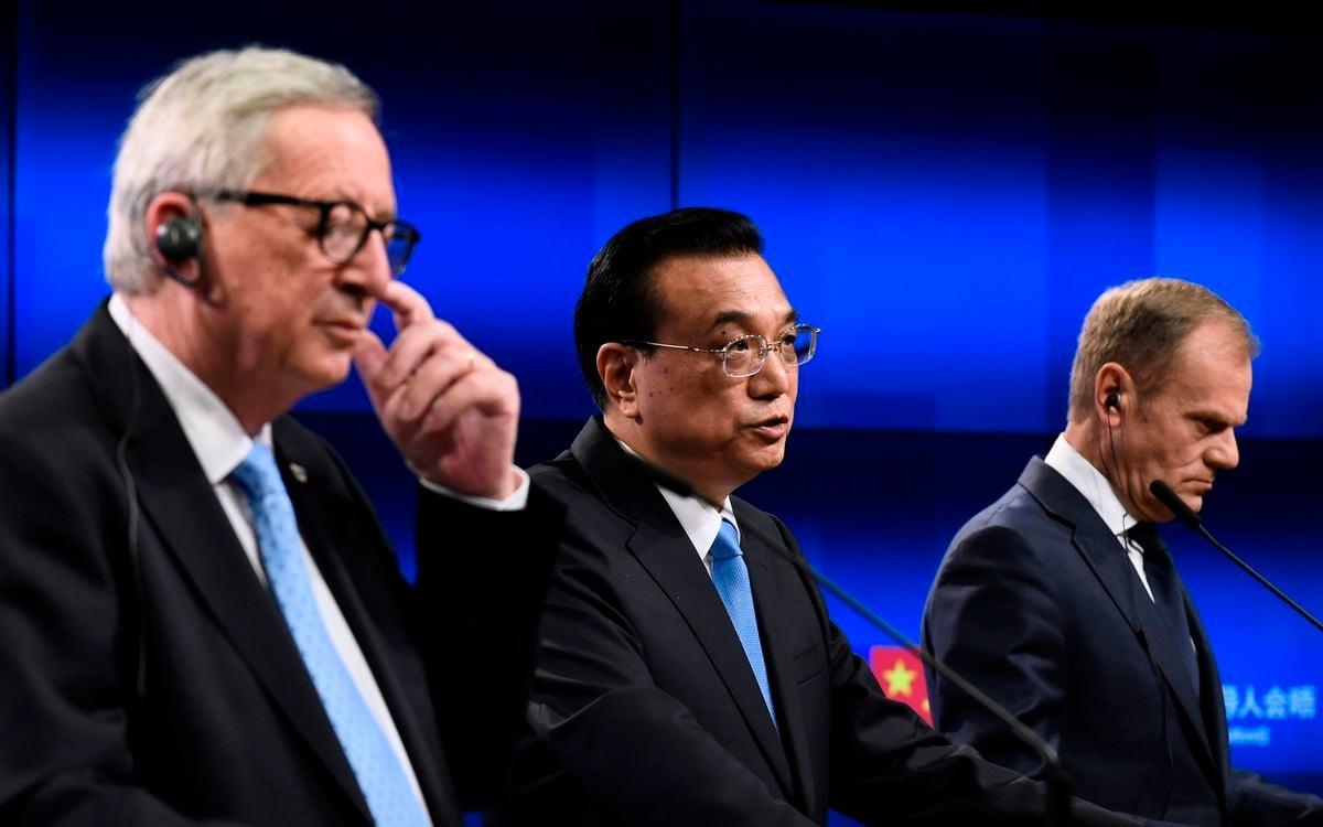 中歐峰會,歐洲理事會主席圖斯克(右)、歐盟委員會主席容克(左)、李克強(中)在會議中。(JOHN THYS/AFP/Getty Images)