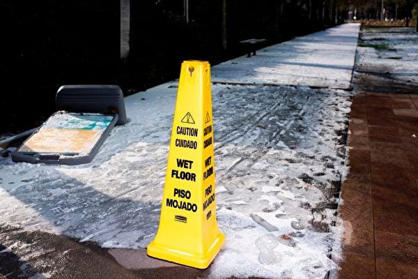 2月15日,侯斯頓,覆蓋積雪的道路上立著一個警告牌。(MARK FELIX/AFP via Getty Images)