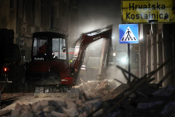 2020年12月29日,克羅地亞彼得里尼亞(Petrinja),該鎮遭受6.4級地震襲擊後,挖土機清除受損建築物的瓦礫。(DAMIR SENCAR/AFP via Getty Images)