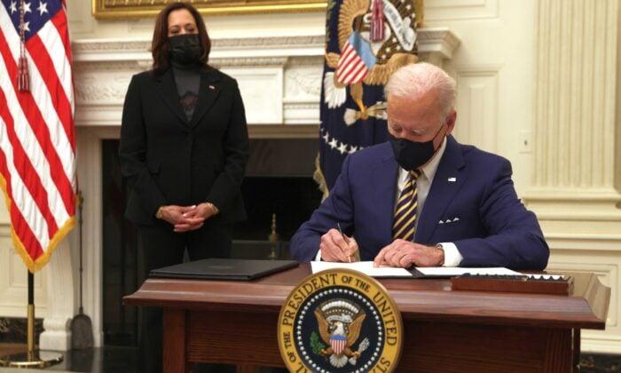 上任僅9天簽署三十多行政令 拜登被批評