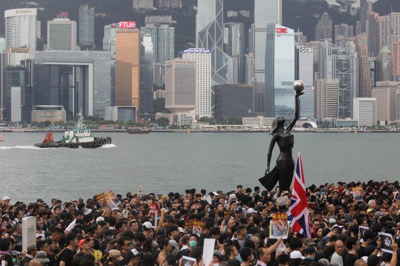 特朗普反制中共,將中國定為匯率操縱國,這令香港國際金融中心的地位更加重要。圖為2019年7月7日,香港九龍舉行反送中大遊行,參加民眾擠爆街道。 (VIVEK PRAKASH/AFP/Getty Images)