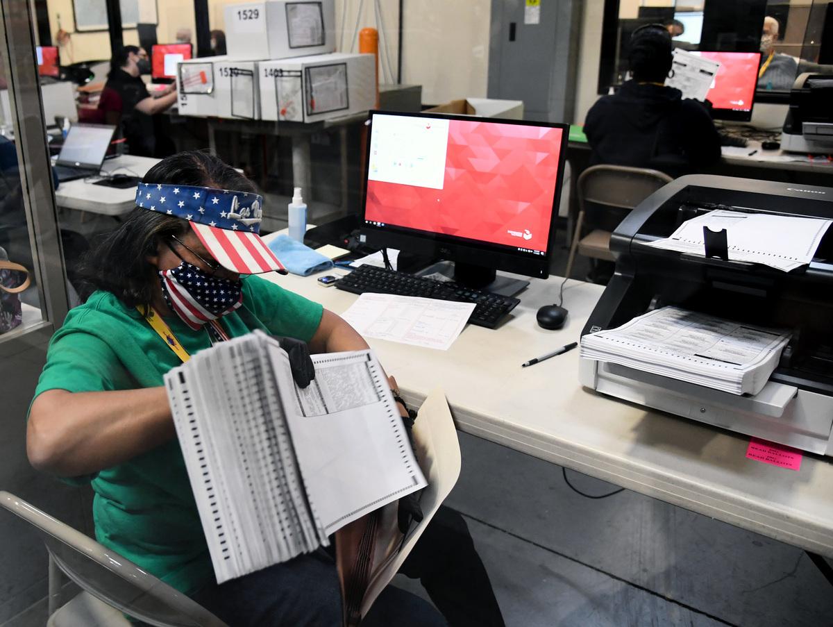 圖為正在處理郵寄選票的美國選務人員。(Ethan Miller/Getty Images)