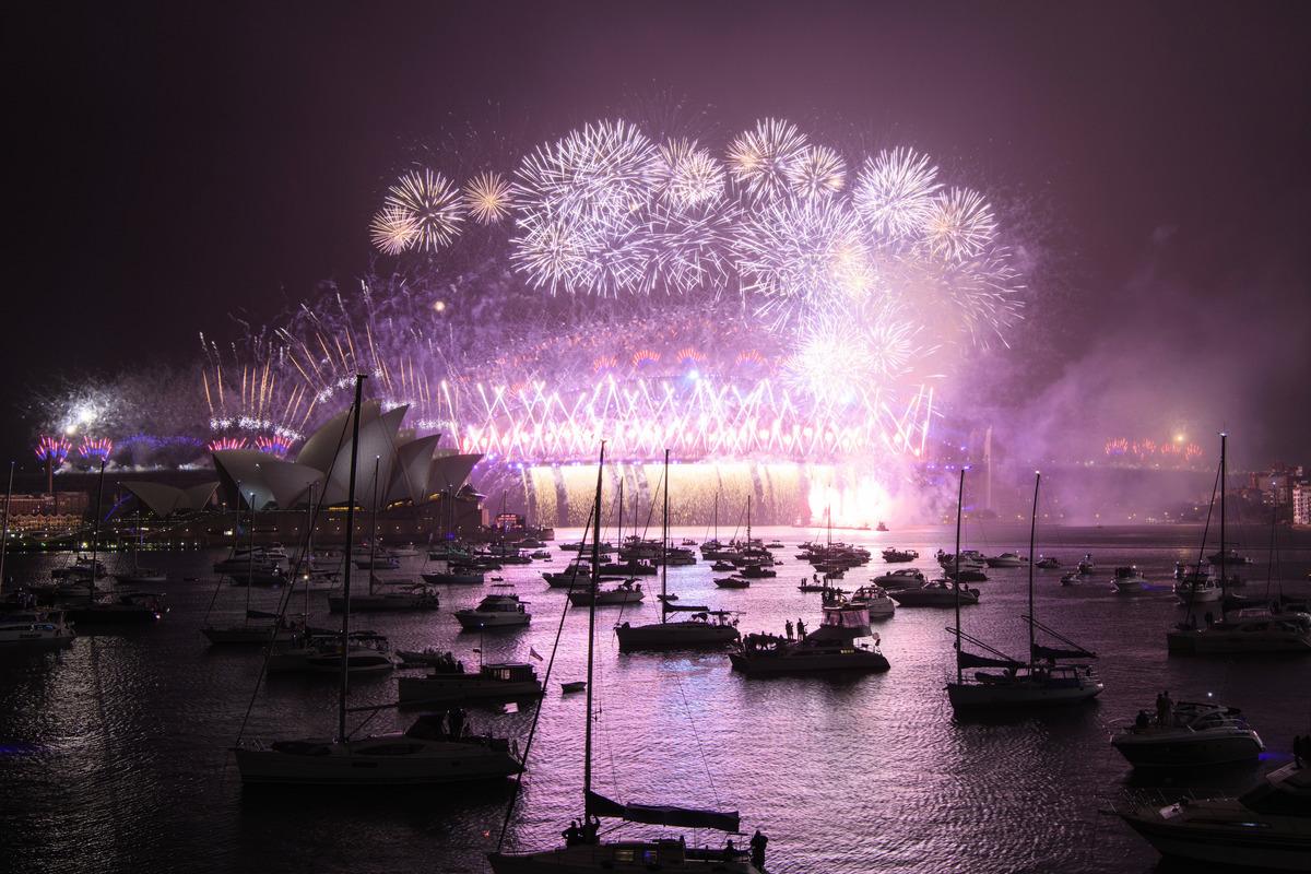 2020年12月31日午夜剛過,由於疫情而縮減規模的悉尼煙花秀帶領澳洲邁入2021年。(Wendell Teodoro/Getty Images)