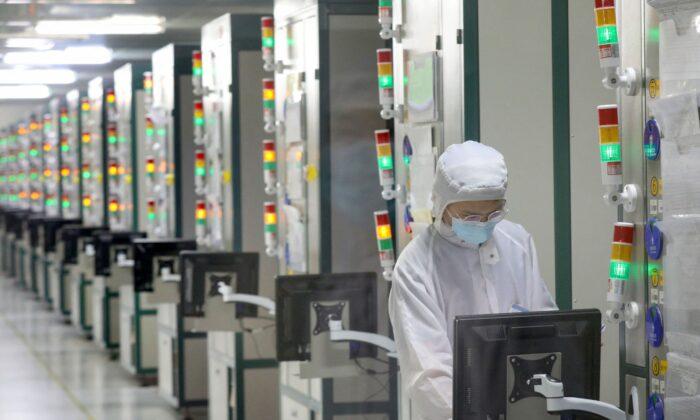 2021年3月17日,中國南通捷捷半導體有限公司的一名員工在工作。(STR/AFP via Getty Images)