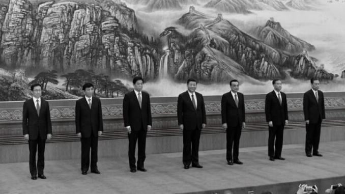 中共政治局常務委員會,國家最高決策機構(從左到右):韓正、王滬甯、栗戰書、中共領導人習近平、總理李克強、汪洋、趙樂際,於2017年10月25日在北京人民大會堂會見記者。(Wang Zhao/AFP via Getty Images)