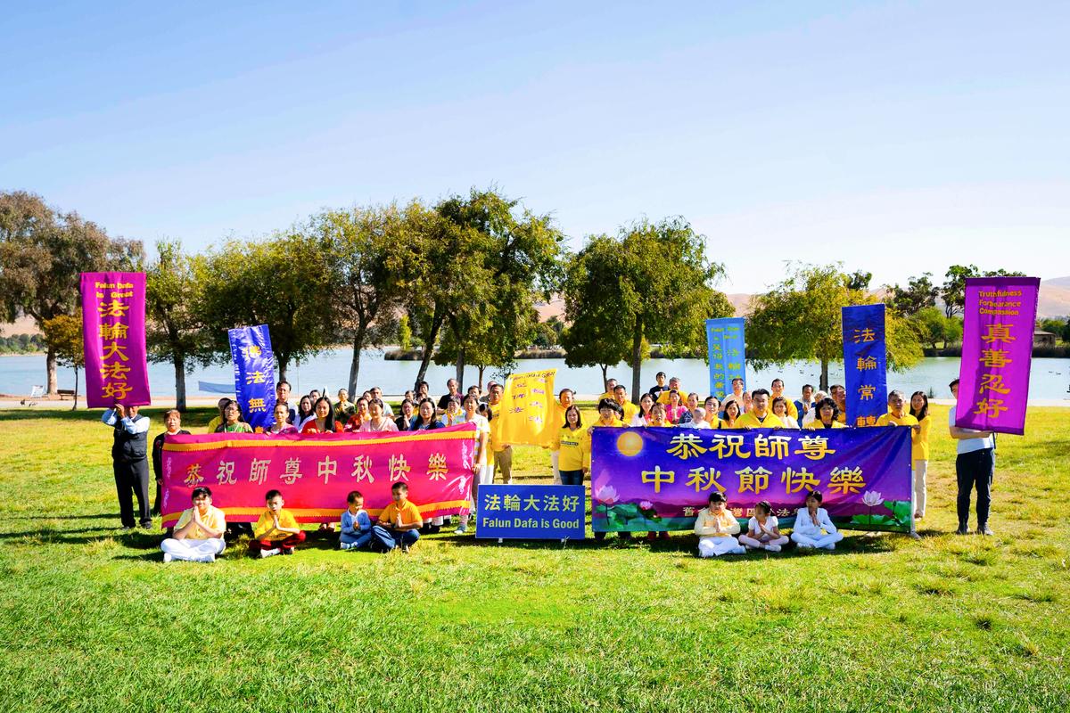 2020年9月27日,灣區苗必達(Milpitas)和菲利蒙(Fremont)市部份法輪功學員齊聚在菲利蒙中央公園,共同恭祝慈悲偉大的李洪志師父「中秋快樂」。(周容/大紀元)