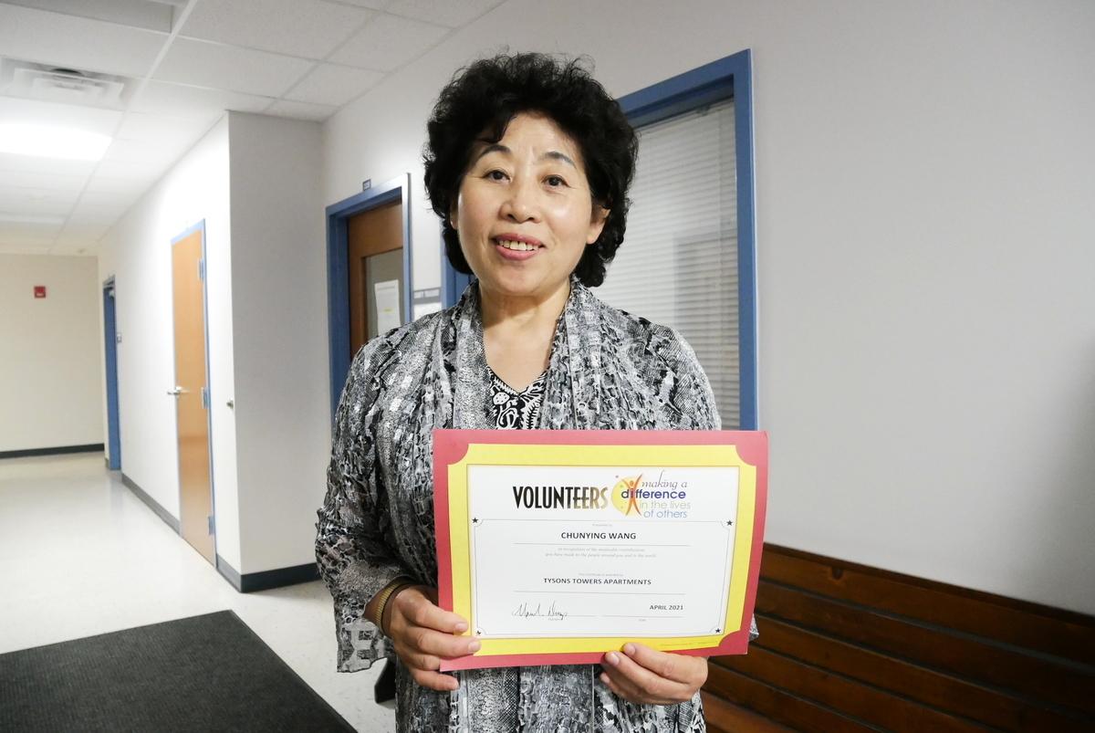 美國維珍尼亞州華裔居民、法輪功學員王春英,因主動參與義工服務,志願為社區付出,近期獲得認可榮譽證書。(李辰/大紀元)