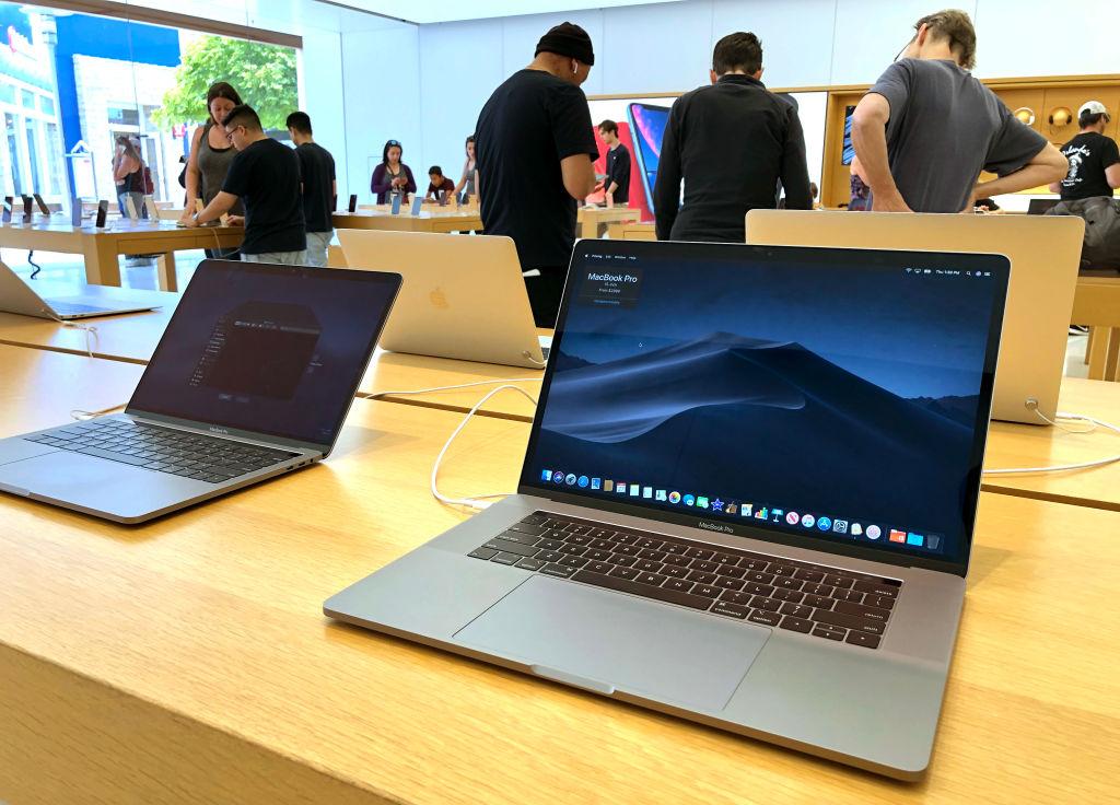 蘋果公司宣佈,12吋的MacBook已不再放在蘋果網站上銷售,其它同時停止銷售的機型還包括上一代MacBook Air。(Justin Sullivan/Getty Images)