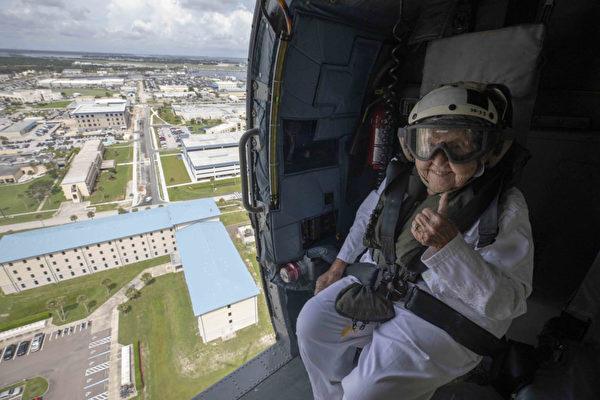 美國海軍二戰時期第一任首席士官長的遺孀在她百歲誕辰之際,實現了乘坐直升機的願望。(Mass Communication Specialist 2nd Class Anderson W. Branch)