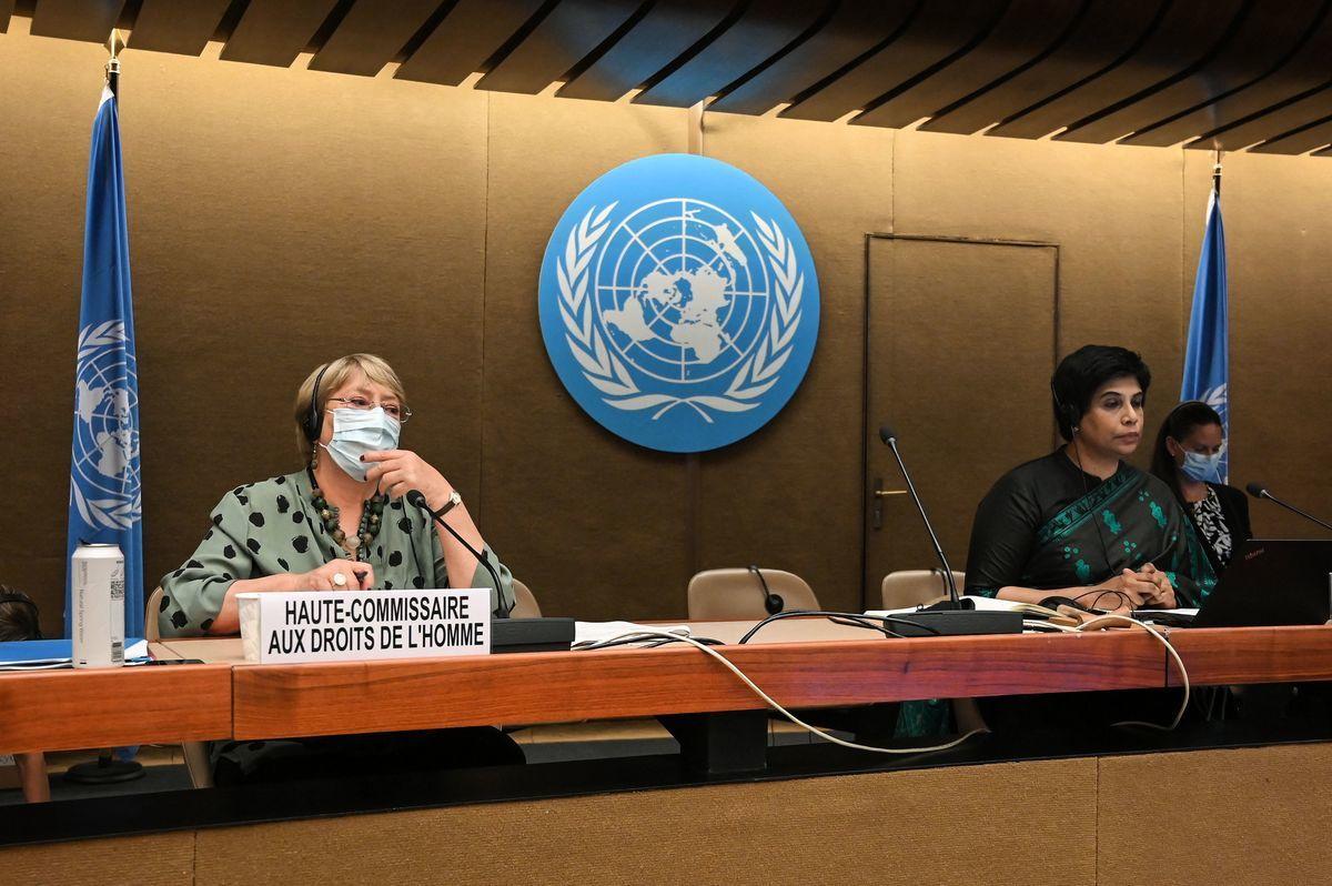 聯合國人權事務高級專員米歇爾·巴切萊特(Michelle Bachelet)(左)和人權理事會主席納扎特·沙米姆·汗(Nazhat Shameem Khan)在2021年6月21日的人權委員會會議上。(FABRICE COFFRINI/AFP via Getty Images)