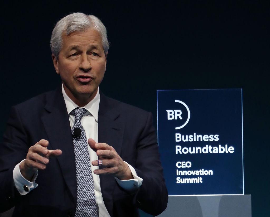 摩根大通集團董事長及CEO迪曼(Jamie Dimon)2018年12月6日在美國商業圓桌會議上發言。(Mark Wilson/Getty Images)