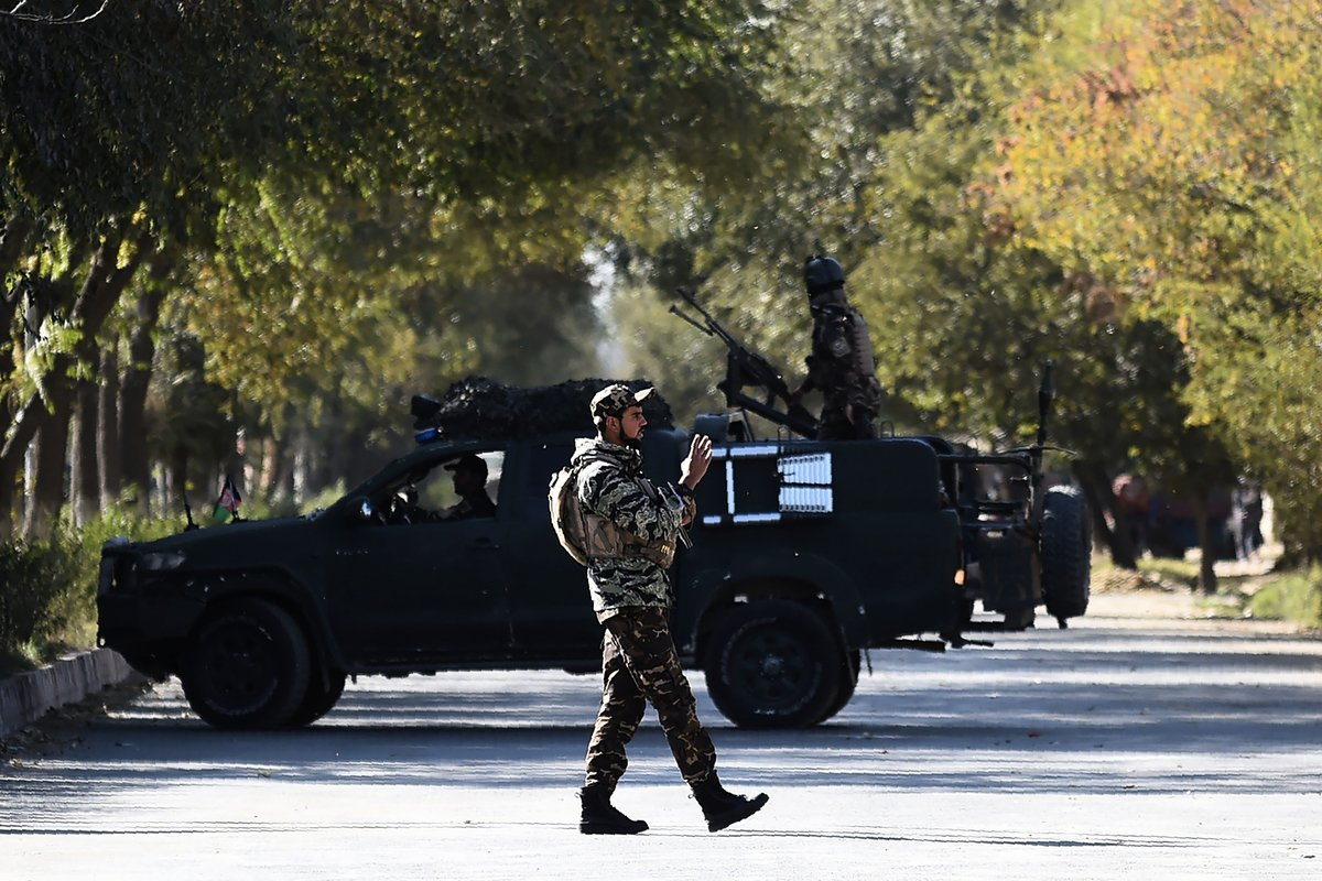 阿富汗喀布爾大學(Kabul University)2020年11月2日發生一起歷時數小時的殘忍攻擊案。攻擊事件造成至少22人喪生,22人受傷。圖為襲擊發生後的現場軍人。(WAKIL KOHSAR/AFP)
