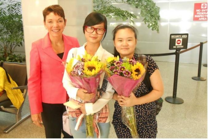 美國NGO「女權無疆界」主席瑞潔·利特瓊(Reggie Littlejohn,左)與營救出來的中國異見人士張林的女兒們。(受訪者提供)