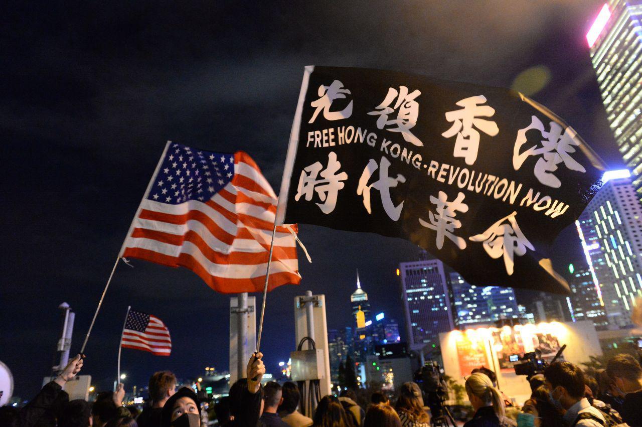 香港11月28日早上傳來美國總統特朗普簽署人權法案的消息,晚上在中環的感恩節集會上,不少香港民眾感恩美國,美國旗隨處可見。(宋碧龍/大紀元)