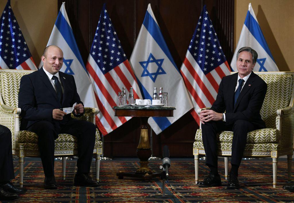 2021年8月25日,美國國務卿布林肯在華盛頓特區的威拉德酒店(Willard Hotel)會見到訪的以色列總理貝內特。(OLIVIER DOULIERY/POOL/AFP via Getty Images)